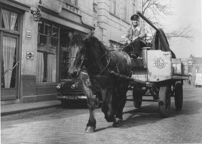 pakjes rondbrengen met paard en wagen dagelijks leven